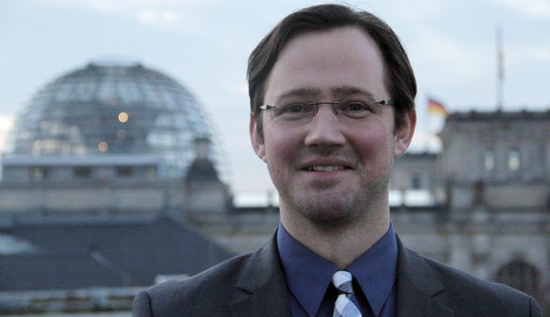 Dirk Wiese vor dem Reichstag